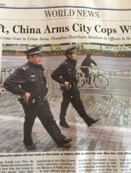 微博名人司令本將《華爾街日報》有關上海警察佩槍巡邏隊新聞,搬到微博上,畫面上兩個警察巡邏時,把手按在槍套上  引起人們關注,紛紛表示這那是警察巡邏震懾罪犯,分明是警察怕歹徒搶槍。(網絡圖片)