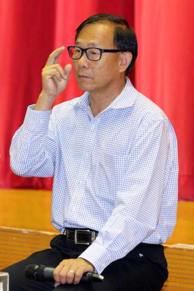 當日主持論壇的新界社團聯會會長和民建聯立法會議員的梁志祥,是串連各黑社會社團保駕梁振英的關鍵人物。(潘在殊  /大紀元)
