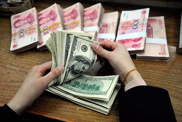人民幣匯率創16個月新低,已經跌破6.25這一關鍵點位,恐將引爆新一波的拋售潮。中共央行的曖昧態度以及不按規矩出  牌,也令市場和企業煩惱。(AFP)