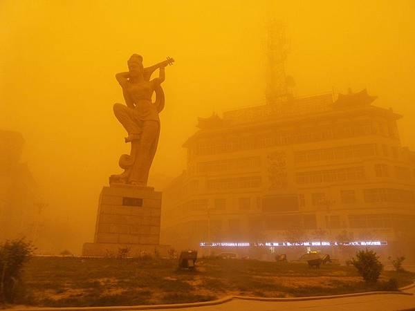 甘肅省酒泉敦煌市的沙塵暴最為嚴重,23日下午14時左右的能見度僅為20 米。當時黃沙遮天蔽日,白晝瞬間變成暗夜,甚至伸  手不見五指。(大紀元資料室)
