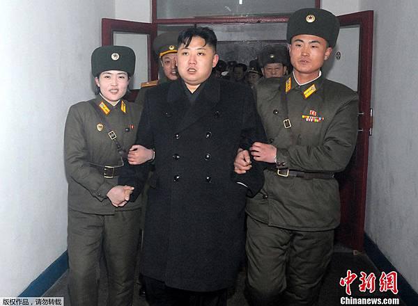 ●北韓寨主金正恩最近在全國男生中推銷他蘑菇式的髮型。一月份視查基層,被粉絲加持,有如綁架。十分搞笑。