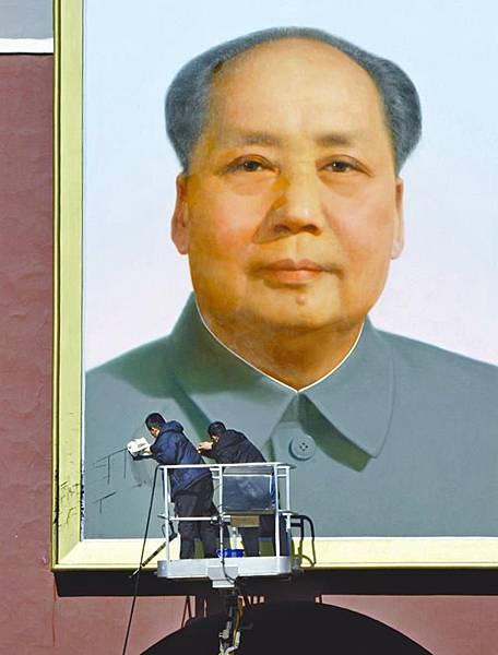 就在三月兩會北京嚴防之下,天安門毛像有一次被人污損。