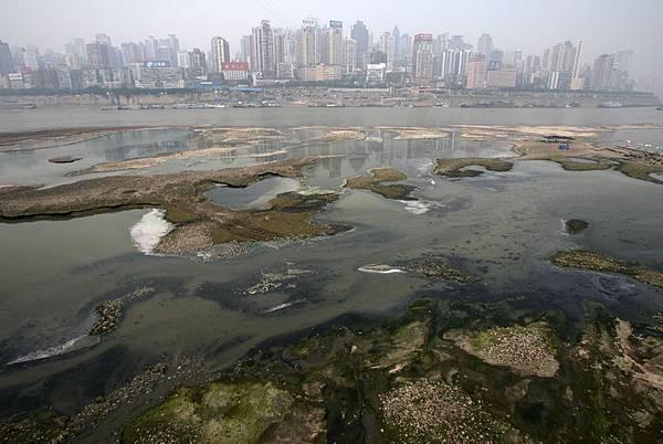 過去8年,中共政府宣稱有5000億元以上的投資用於污水處理,然而,巨額資金花了,污染還在。圖為遭汙染的長江水源。(Getty Images)