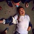4月19日上午,溫州蒼南縣靈溪鎮5城管與女菜販發生爭執,一過路男子拿手機拍照遭到城管圍毆倒地吐血。黃姓男子嘴角有血  ,白色T恤衫的腹部位置有明顯的黑色腳印。(網絡圖片)