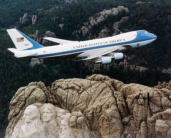 美國總統奧巴馬29日結束亞洲4國行。奧巴馬專機「空軍一號」26日從韓國飛往馬來西亞時,穿越了中共去年單方設立的東海防空識別區。圖為空軍一號(維基百科)