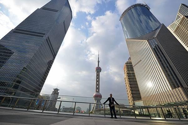 中國的一個金融危機已經變得不可避免。中國處於歷史上最大的貨幣擴張當中,大多數行業產能過剩,資產泡沫吹大等。如果決策者使用進一步成堆的刺激來延緩清算的日子,那麼一個嚴重的崩潰在未來幾年將變得不可避免。(AFP)