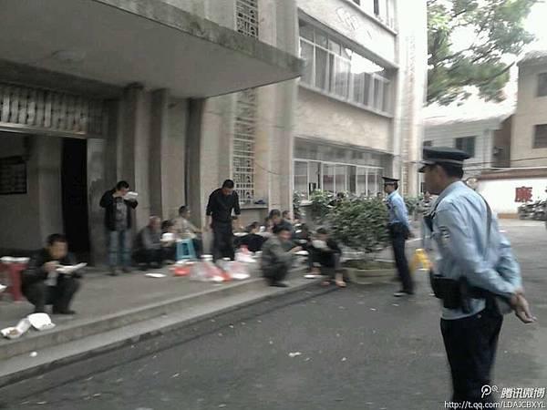 4月24日,江西省贛州市安遠縣鎮崗鄉政府派警察以調查的名義進入羅山村抓捕村民代表,被數百村民圍堵,共同抵制。當局派出數百警察前往鎮壓。村民遭警方棍棒毆打,十幾名村民被警方帶走。(網絡圖片)