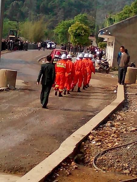 4月24日,安徽省銅陵市西湖鎮朝山村數十名村民懷疑村官侵吞村民集體資產,圍堵村辦企業「朝山金礦」施工,遭當局出動近  千警察暴力驅散。40人被抓,6名村民被打傷。(網絡圖片)