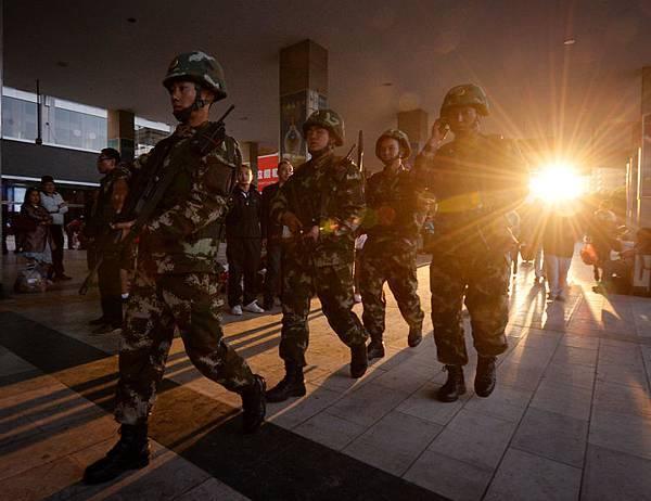 4月30日晚間7點左右,新疆烏魯木齊火車站發生爆炸,造成至少3人死亡,70多人受傷。同一天,官方《新華網》引用消息稱,國家電網公司董事長劉振亞的10年工作遭審計。劉振亞是曾慶紅的親信。(圖片來源:Getty Images)
