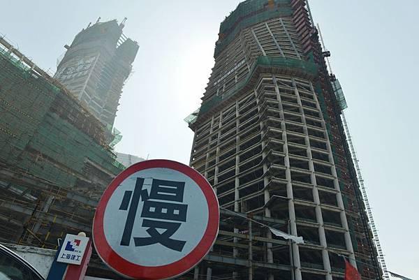 中國百城樓價疲態連連,近50城市樓價下跌,成交量萎縮,專家稱將延續趨冷。在樓市市場危機重重下,房企資金鏈堪憂。(大紀元資料室)