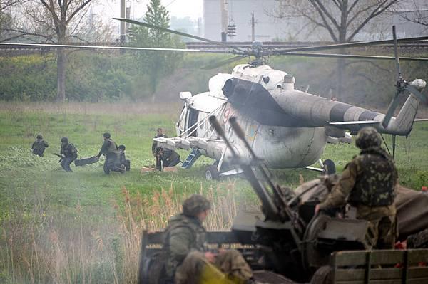 烏克蘭東部斯拉揚斯克(Slovyansk)親俄分裂分子說,烏克蘭部隊已經展開了收復該鎮的「大規模行動」。圖為5月2日,烏克蘭  直升機降落在離斯拉揚斯克7公里之外剛收復的小鎮。(AFP)