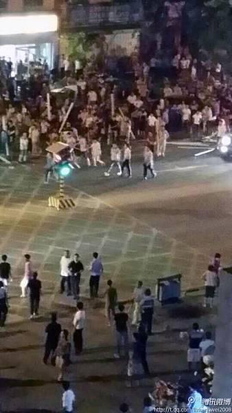 2014年4月29日晚,海南省三亞市的幾名便衣協警打傷路人,激起民憤,遭大批民眾圍堵,雙方爆發衝突。(網絡圖片)