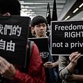 今年3月2日,香港民眾打出「守護我們的新聞自由」等標語,呼籲捍衛港島的新聞自由。美國「自由之家」公佈的「2014年全球新  聞自由」報告指出,去年的全球新聞自由度下滑至近10年最低點,其中香港淪為「部分新聞自由」區,中國大陸繼續被評為「沒有  新聞自由」的國家。(PHILIPPE LOPEZ/AFP)