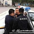 記者被警方粗暴對待強行塞進汽車內的鏡頭之一。(網絡圖片)