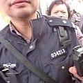 消息說打記者耳光的人就是圖片上戴眼鏡的徐州特巡。(網絡圖片)