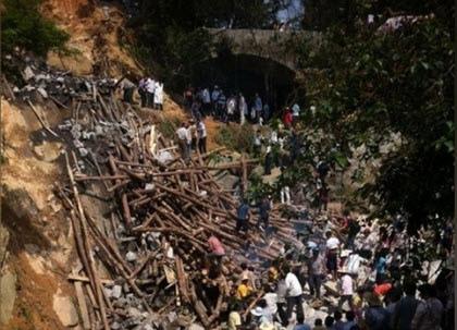 5月3日,中國大陸廣東茂名高州一條在建石拱橋發生崩塌,超過25人被埋,5人死亡8重傷。(網絡截圖)