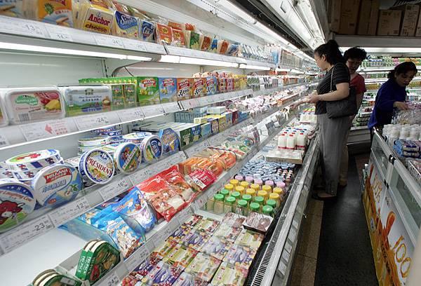 中共自5月1日起全面禁止英國奶酪進口中國大陸,此舉引發英國政府抨擊,因為中方只查驗過一家英國奶酪工廠,而且該工廠甚至沒有出口產品到中國。圖為北京一家超市出售進口的奶製品。(AFP)
