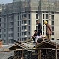 近期大陸樓市普遍降價,經濟學家們斷言中國房地產泡沫已經破裂。這個中國經濟支柱產業的降溫,將影響到更廣泛的經濟。(WANG ZHAO/AFP)