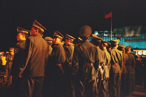 圖為在公共場所執勤的中共軍隊,單看「軍容」,猶如驚弓鳥、甕中鱉,不知所以。(Photo by Feng Li/Getty Images)