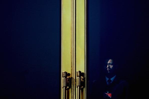 北京時間2014年5月6日上午11:30左右,廣州火車站再次發生持刀砍人事件,至少造成6人受傷。這是9個星期以來,發生在大  陸火車站的第三起恐怖襲擊血案。中共對這3次暴恐事件的定性和報導都充滿破綻,其後的黑幕卻是極深。(Photo by Feng   Li/Getty Images)