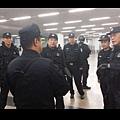 據北京市公安局官方微博「平安北京」消息,5月6日晚,公安部副部長、北京市公安局局長傅政華帶領副局長分赴北京站、北京南站、北京西站、北京北站等重點區域進行武裝巡邏,並檢查警力部署及安保措施落實情況。(微博圖片)