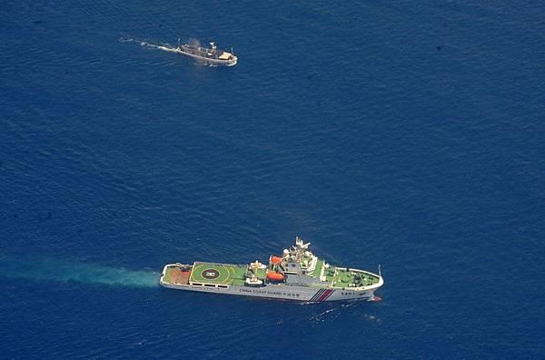 5月7日,中、越船隻在有爭議海域發生衝突,越方表示期間中方向越南船隻發射了水炮,造成越南水手受傷。圖為3月29日,中方一艘海上警衛船(下)與越南一艘物資船在南海對峙。(JAY DIRECTO/AFP)
