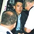姓莊警員,疑第一次開槍,事後狀甚驚惶,坐在警車不停顫抖。