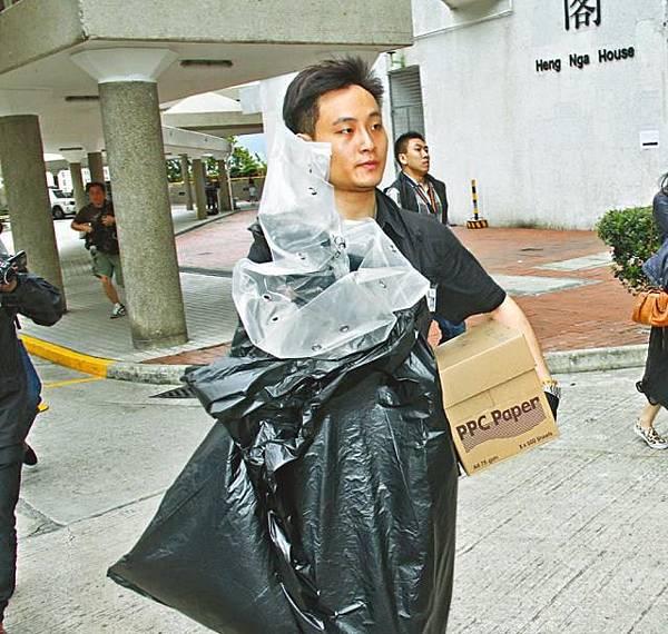 ■警方在現場撿走大批證物。