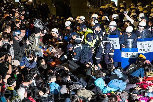 台北地方法院4月11日做出裁定,命令警方須在5天內交出蒐證錄影帶等證據。圖為3/24凌晨警方暴力鎮壓。(陳柏州 /大紀元  )