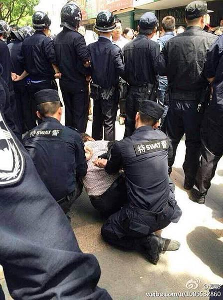 杭州餘杭區數万百姓抗議建垃圾焚燒廠遭當局派數千特警鎮壓。5月12 、13日杭州市余杭镇全體商家罷市抗議,特警搜捕示威百姓,多人被抓捕。(網絡圖片)