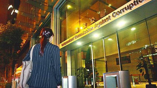 ■地產公司前僱員伍小姐昨晚到廉政公署報案。關震海攝