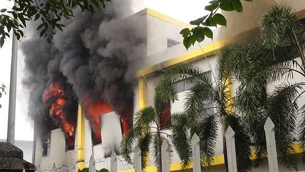 2014年5月14日,抗議中共在南海西沙群島海域開採石油,越南南部共有15間外資工廠遭到縱火。圖為平陽一家工廠遭縱火。(VNExpress/AFP)