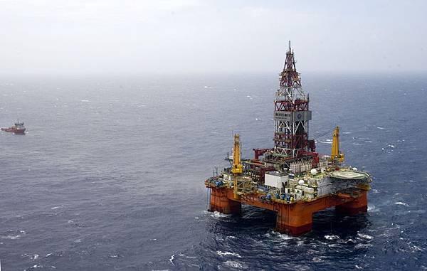 越南抗議中共在南海西沙群島海域開採石油的行動,造成越南南部共有15間外資工廠遭到縱火,數百間工廠被破壞、打劫。圖為南海「海洋石油981」鑽井平臺。(大紀元資料室)