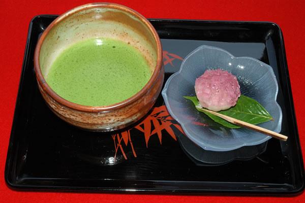 抹茶起源在中國拓大發展於日本歷史: 抹茶起源於中國的隋朝,在唐朝、宋朝達到頂峰,特別在宋朝,已經有了完整的寺院抹茶茶藝(點茶)。至今已有一千多年的歷  史。明朝以來,中國開始流行用茶葉泡湯棄渣的喝法,點茶便告失傳,傳統茶磨也隨之絕跡。九世紀末(日本的平安中期)抹茶  隨日本遣唐使進入日本,點茶被日本人民所接受並推崇,發展成為今天的日本茶道。