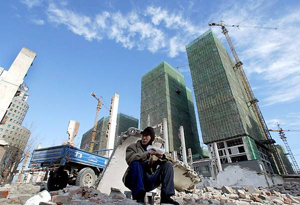 隨著中國經濟放緩,中共財政官員在採取行動來阻止過熱的房地產領域崩潰。(GOH CHAI HIN/AFP)