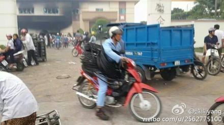 越南多個城市連日舉行了遊行示威活動,抗議中國中海油在南海的鑽探行動。抗議活動演變成暴動。部份大陸商家和台商企  業被砸,甚至遭到縱火。傳有20多人死亡,其中16名為華人。(網絡圖片)