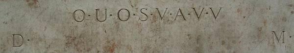 最神祕的就是號稱能指引出聖杯的位置的密碼,就是「O.U.O.S.V.A.V.V」這幾個英文字母,而在這一排字底下的兩側,分別刻  有D與M兩個字母。