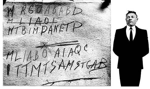 左圖:死者身上紙條的原書籍,在紫外燈下顯現出蘊藏的密碼。右圖:在海灘上被發現的西裝筆挺死者。(維基網站)