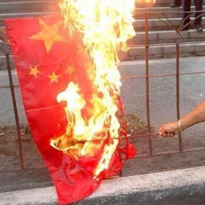 越南反華暴動中,中國國旗被燒毀(《自由亞洲》)