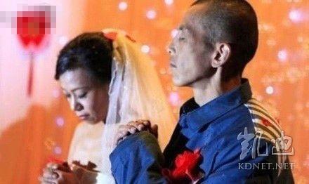 她,37歲,癌症,他,42歲,為籌錢給她治病,盜竊一輛電動而入獄,刑期4年。2010年11月12日,他兩人在監獄裡舉行了簡單  的婚禮,這場童話般的婚禮,卻讓在場的數百位嘉賓潸然淚下。偷輛電動車刑期4年,李剛兒子撞死人才3年。在中國一條人命  還不如架電動單車。(網絡圖片)