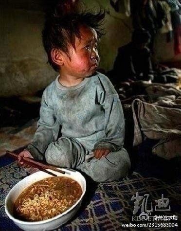 在中國一貧困山區拍攝的一張照片。孩子的母親說:「每年都會給孩子煮一次,因為今天是孩子的生日,其實我們根本捨不得  吃(方便麵)」。(網絡圖片)