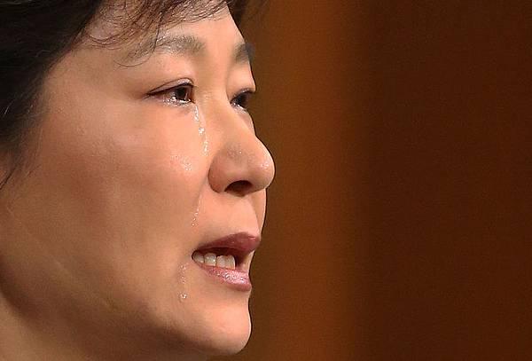 2014年5月19日,韓國首爾,韓國總統朴槿惠在總統府青瓦台向全國的電視講話中提出為這次試世越號海難負起最終責任,並  宣佈解散海洋警察廳。(YONHAP/AFP)