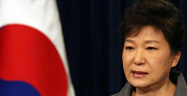2014年5月19日,韓國總統朴槿惠在總統府青瓦台發表電視講話,就「世越號」沉船事故向全體國民道歉,並提出為這次事件負  起最終責任,同時宣佈解散海洋警察廳。(YONHAP/AFP)