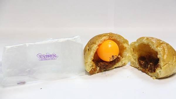 以料頂部至麵團內側的空隙計算,聖安娜的蜜汁叉燒包空洞達3厘米,甚至可放進一個乒乓球 ,是五間之冠。(周子惇攝)