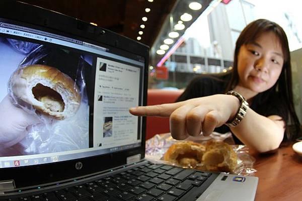 投訴人Vivian曾在聖安娜買了一個吞拿魚空心包,懷疑麵包商節省成本製作空心包。(麥超憶攝)