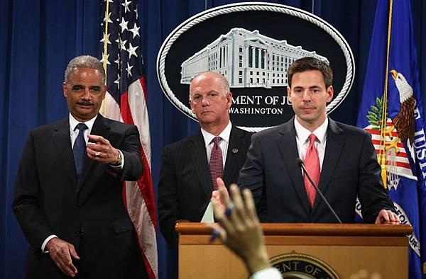 美國司法部就中共軍方的5名官員網絡入侵美國公司,盜取美國經濟及商業機密的網絡間諜活動,做出刑事指控。這是美國政府就制裁網絡攻擊而做出的首宗針對外國政府機構及其官員的刑事指控案。圖:美國司法部長霍爾德(左一)19日在新聞發布會上,就刑事指控中共軍方的網絡入侵行為,回答記者提問。(Alex Wong/Getty Images)