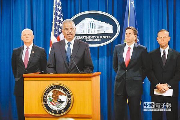 美國司法部長霍德(圖中,發言者)19日率多位聯邦執法官員召開記者會,宣布大陪審團起訴中國大陸軍方5名人員,指控他們從事網路間諜活動,竊取美國商業機密。(美聯社)