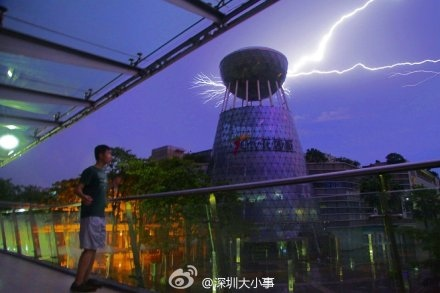 自5月15日以來,廣東遭受持續大範圍暴雨襲擊,已造成2人死亡,1人失蹤,1人重傷,9萬多畝農作物受災,10萬多人受災。圖  為深圳暴雨。(網絡圖片)