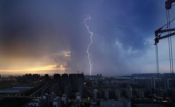 最近,大陸經濟學家馬光遠發表文章,認為中國宏觀經濟嚴重依賴房地產,房地產一旦出現大問題,中國經濟必然崩潰。圖為,2013年8月11日,暴雨中的武漢。(STR/AFP/Getty Images)
