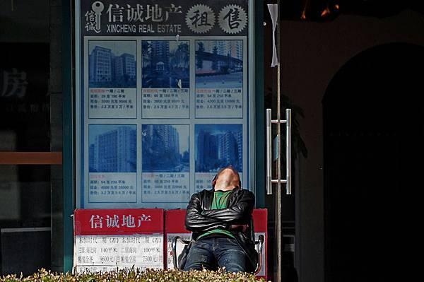 北京二手房成交量同比下跌59%,價格環比漲幅則創下兩年以來最大跌幅。21世紀不動產北京多家門店關閉,二手房地產市場呈現出一片冷清。圖為,北京一房產中介。(WANG ZHAO/AFP/Getty Images)